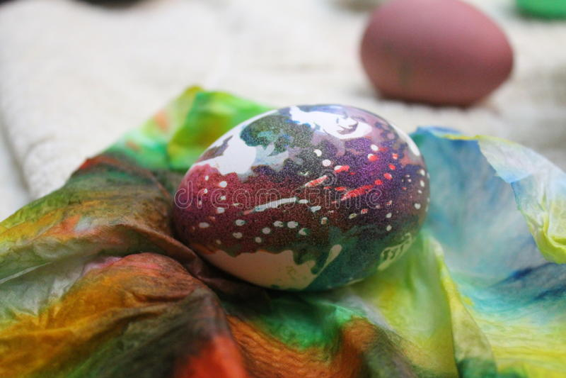 Uovo di Pasqua dell'arcobaleno immagine stock