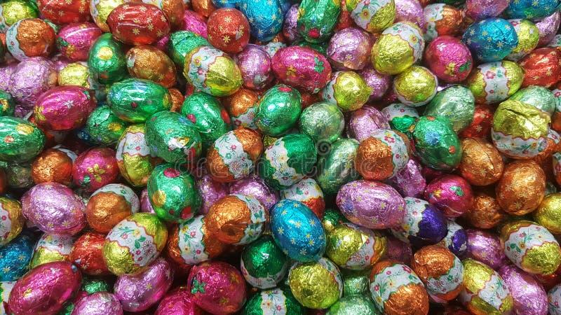 Uovo di Pasqua della caramella di cioccolato avvolto in stagnola fotografia stock