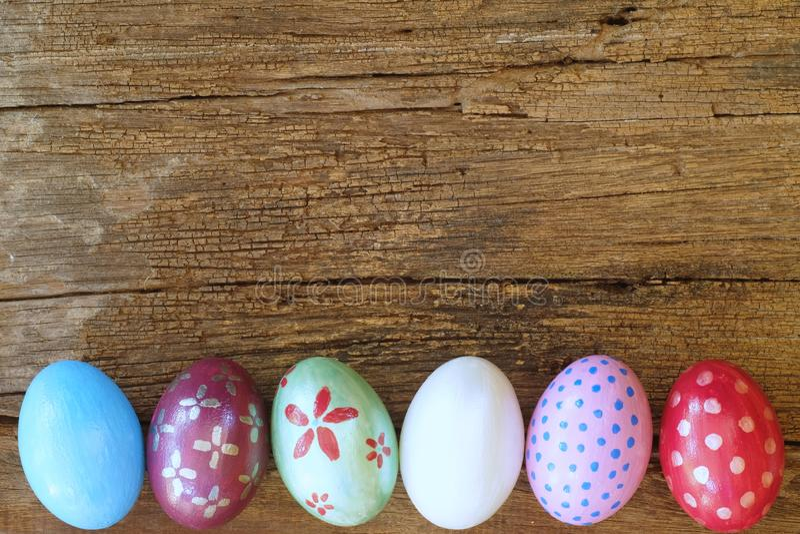 Uovo di Pasqua dipinto nel fronte del coniglietto con l'orecchio del popolare e lungo, concetto di festa di Pasqua, uova operate immagine stock