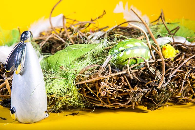 Uovo di Pasqua e coniglietto di pasqua fotografie stock
