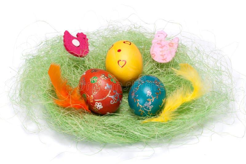 Uovo di Pasqua Nel piccolo nido dell'uccello immagini stock