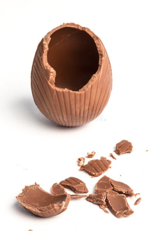 Uovo di Pasqua rotto del cioccolato fotografie stock libere da diritti