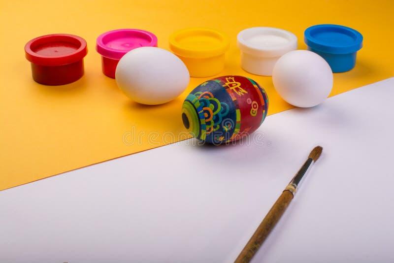 Uovo di Pasqua sul fondo di colore fotografia stock libera da diritti