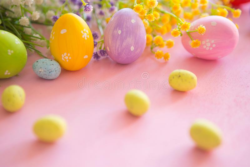 Uovo di Pasqua variopinto contro un fondo di legno rosa immagini stock