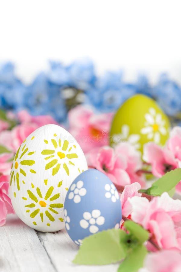Uovo di Pasqua variopinto contro un fondo di legno rustico fotografie stock libere da diritti