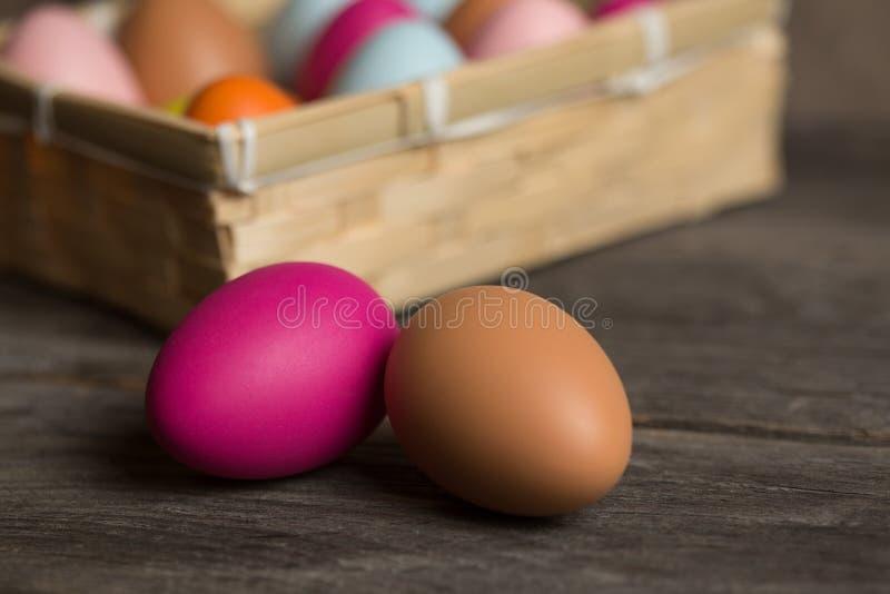 Uovo di Pasqua variopinto su fondo di legno con spazio immagini stock libere da diritti