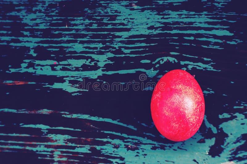 Uovo di Pasqua variopinto sul fondo blu di legno di colore pastello fotografie stock libere da diritti
