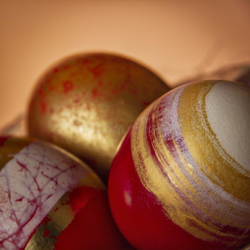 Uovo dorato di concetto di Pasqua di successo su fondo rosso luminoso immagini stock