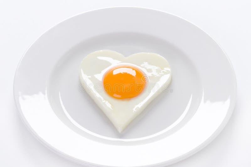 Uovo a forma di del cuore su una zolla fotografia stock