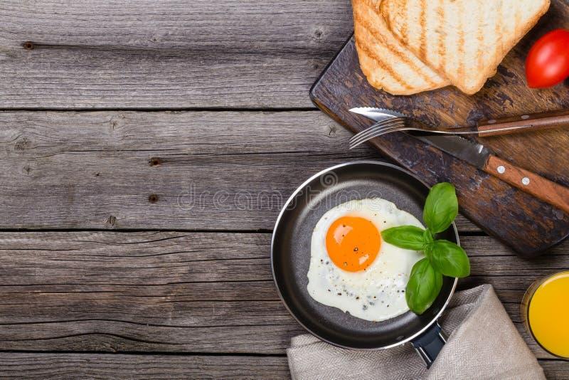 Uovo fritto con basilico sulla pentola fotografia stock libera da diritti