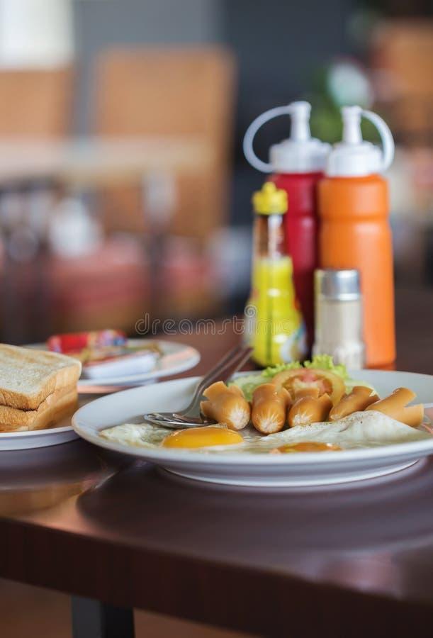 Uovo fritto della prima colazione e hot dog e pane immagini stock libere da diritti