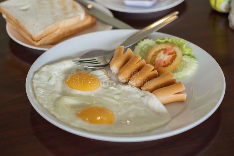 Uovo fritto della prima colazione e hot dog e pane immagine stock