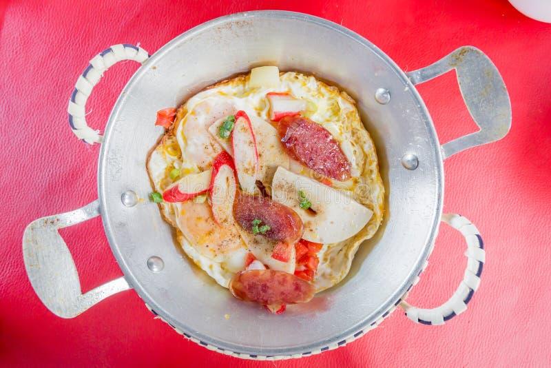 Uovo fritto di stile vietnamita in pentola immagine stock
