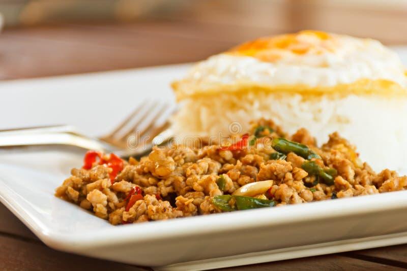 Uovo fritto di Stir del basilico. Alimento della Tailandia fotografie stock libere da diritti
