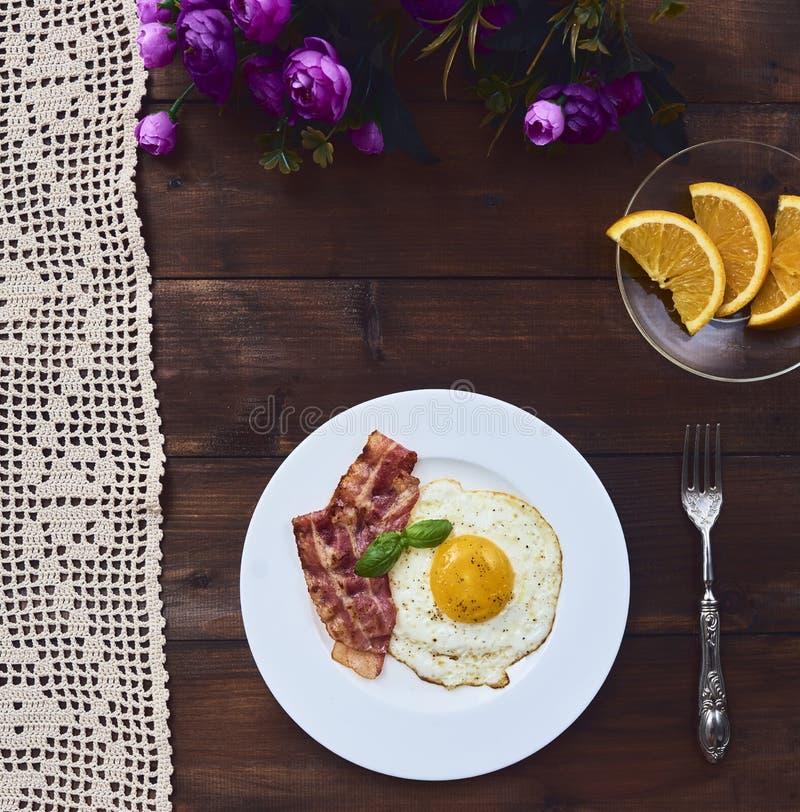 Uovo fritto di Tastu in piatto con bacon fotografia stock libera da diritti