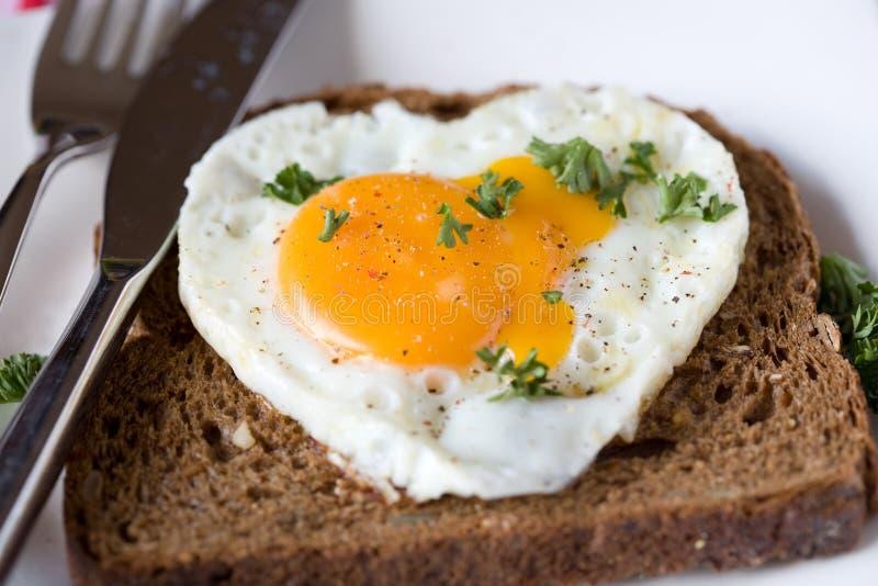 Uovo fritto nella figura del cuore fotografia stock