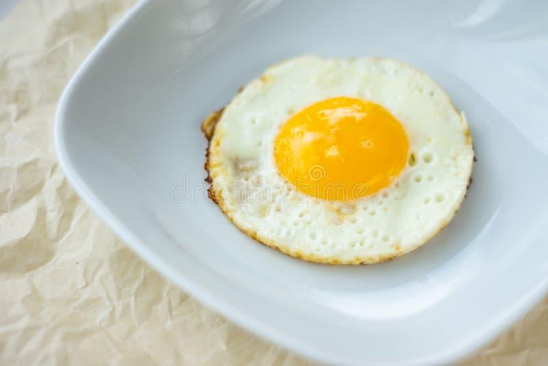 Uovo fritto rotondo nel piatto fotografie stock libere da diritti