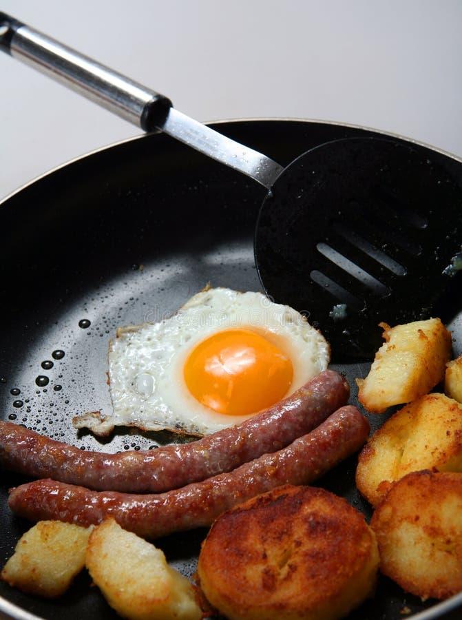 Uovo fritto, salsiccia, vaschetta di frittura della prima colazione della patata fotografie stock