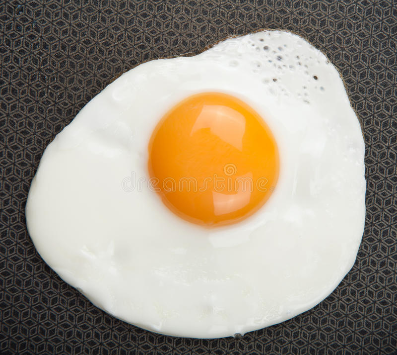 Uovo fritto sopra la vaschetta immagini stock libere da diritti
