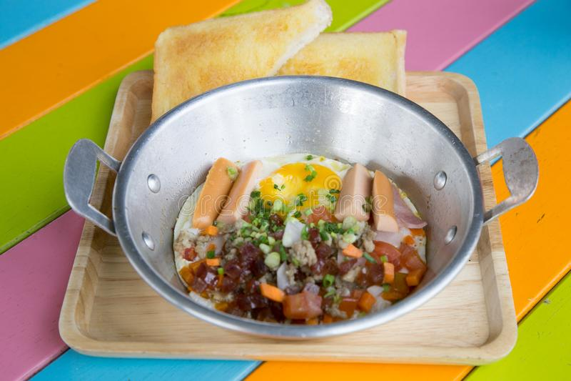 Uovo fritto tailandese Un uovo fritto è un piatto cucinato fatto da una o più uova che sono rimosse dalle loro coperture e sono d fotografia stock