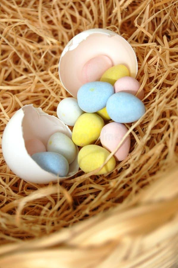 Uovo incrinato con Mini Chocolate Eggs Inside fotografia stock