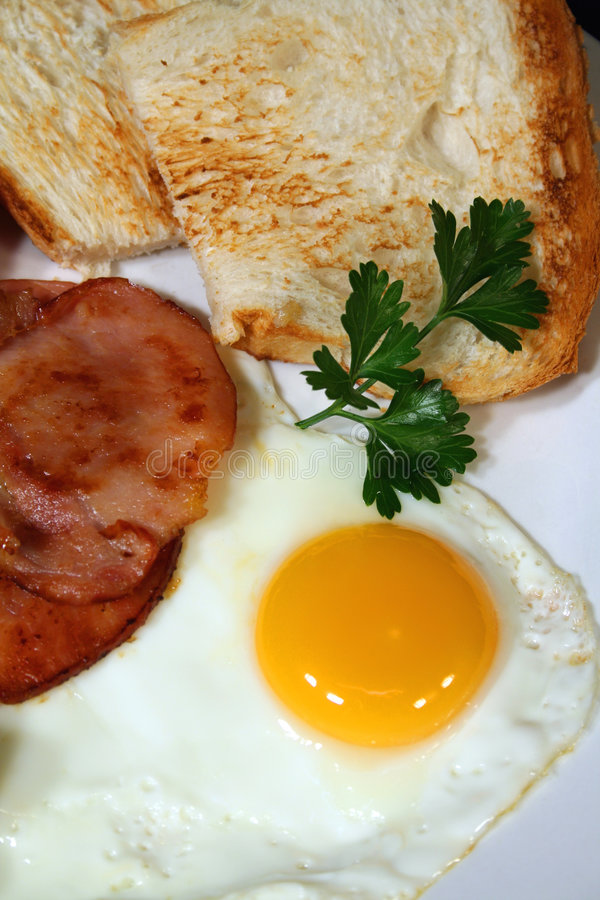 Uovo, pancetta affumicata e pane tostato fotografia stock libera da diritti