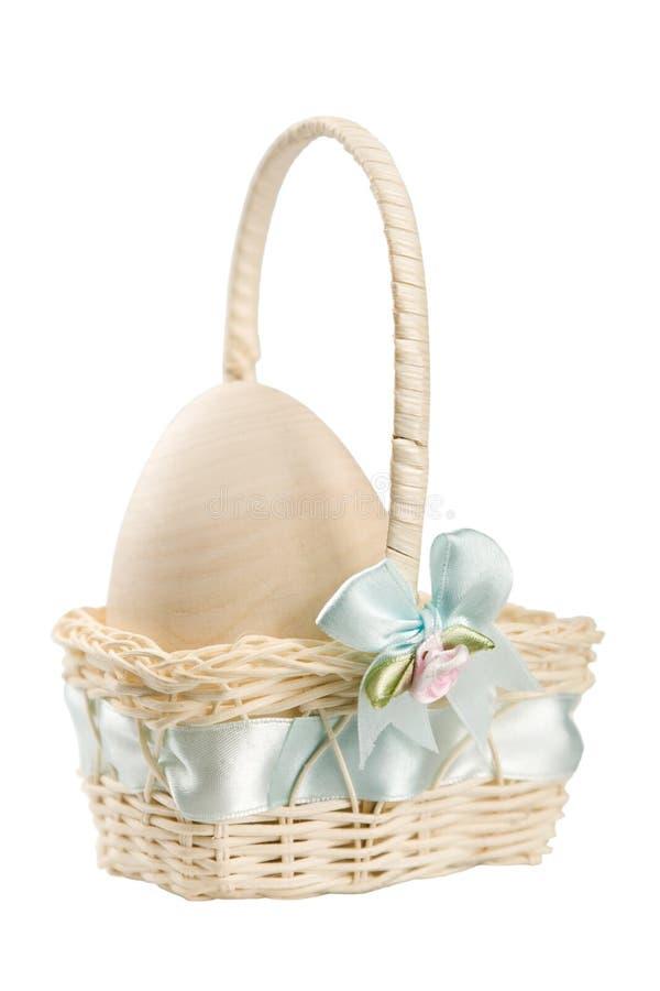 Uovo pastello nel cestino di Pasqua fotografia stock libera da diritti