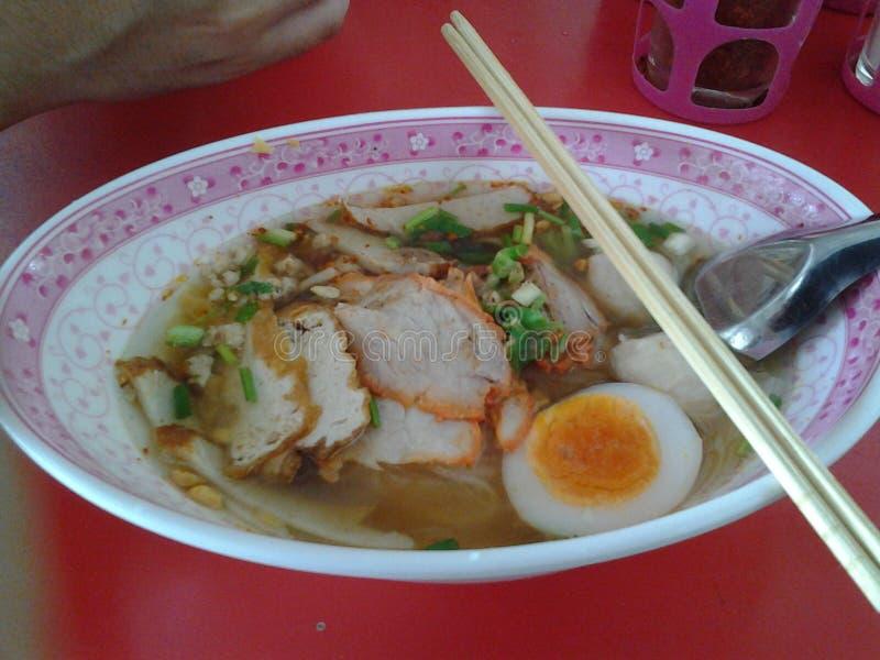 Uovo rosso di namsai del kouyteaw della carne di maiale della tagliatella immagine stock libera da diritti