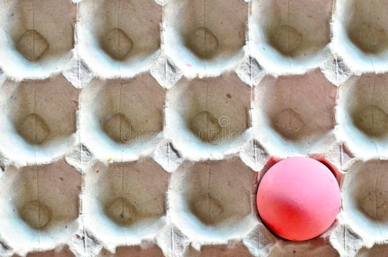 Uovo rosso sulla scatola immagini stock