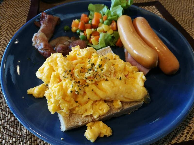Uovo, salsiccie, bacon ed insalata americani della prima colazione fotografia stock