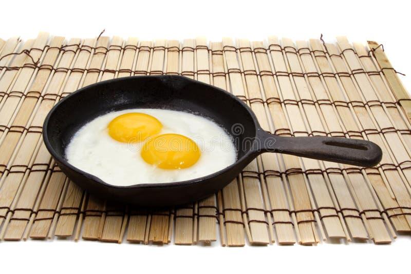 Uovo in una vaschetta del ghisa fotografia stock libera da diritti