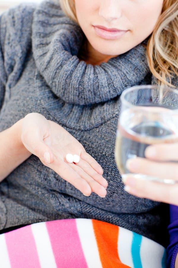 up sjuk pills för tät holding vattenkvinnan fotografering för bildbyråer