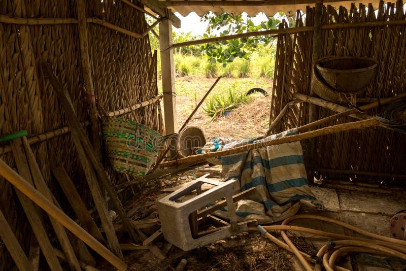 Upaćkana dżonka w Zaniechanej kurczak klatce drewno, wąż elastyczny i kosz, - Azjatycki Drzewny dom i ogród - Stary Plastikowy kr zdjęcie royalty free