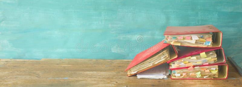 Upaćkane, zakurzone kartotek falcówki, czerwona taśma i bureaucrac, dokumenty obraz stock
