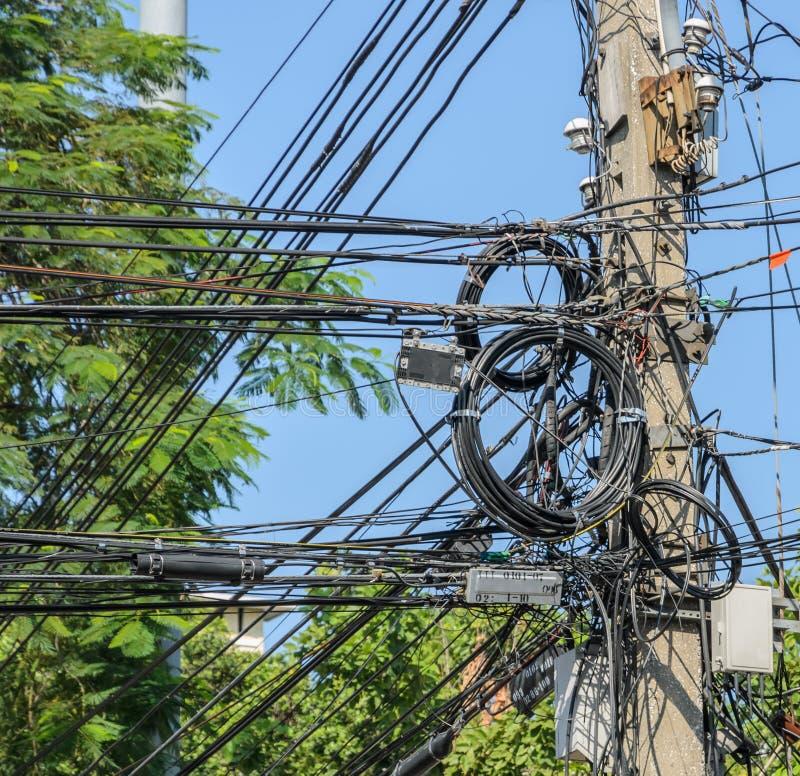 Upaćkani elektryczni kable na słupie obrazy royalty free