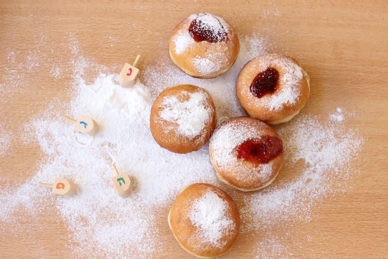 Upaćkany Hanukkah stół z cukierów pączkami i proszkiem obraz royalty free