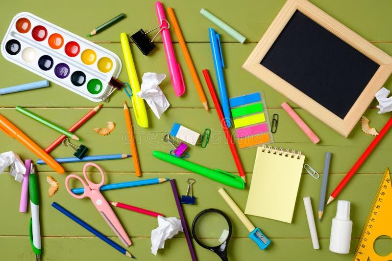 Upaćkany i cluttered dzieciaka biurko z szkolnymi dostawami Edukacja, studiowanie i z powrotem szko?y poj?cie Dziecko desktop wid zdjęcia stock