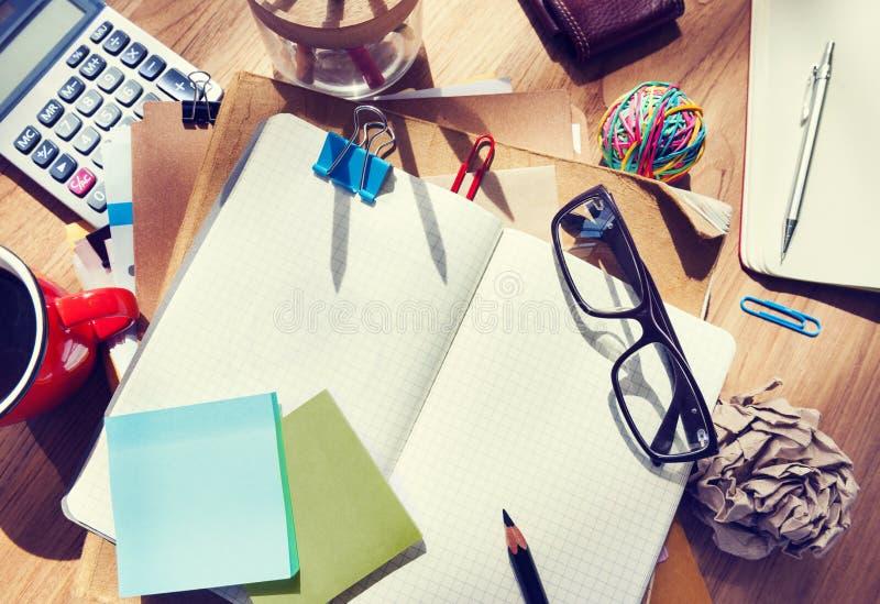 Upaćkany projektanta stół z pustych miejsc narzędziami i notatką obraz royalty free
