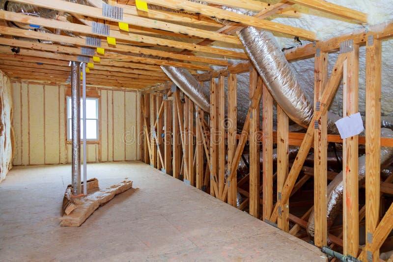 Upału odosobnienie w nowym prefabrykacyjnym domu z kopalną wełną i drewnem Attick loft izolaci częsciowo ściana obrazy royalty free
