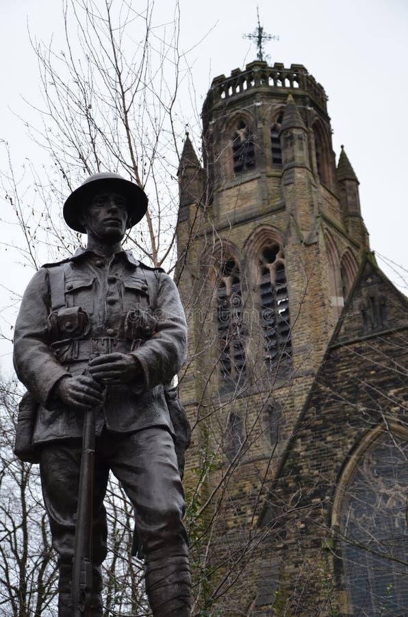 upadły żołnierz wielkiej wojny przed kościołem św. Pawła w heaton moor obraz stock