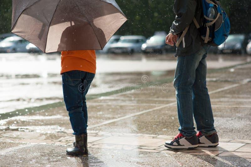 Upadek, deszcz, pogoda, katastrofa naturalna, deszcz, dzieci, parasol, woda, dzieciaki zdjęcia royalty free