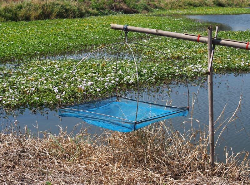 Upadu łapacza sieć rybacka domowej roboty w garneli gospodarstwie rolnym fotografia stock