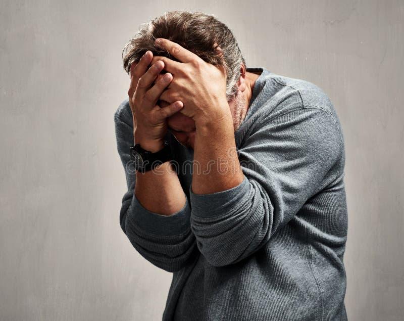 Upakarzający smutny mężczyzna zdjęcie royalty free