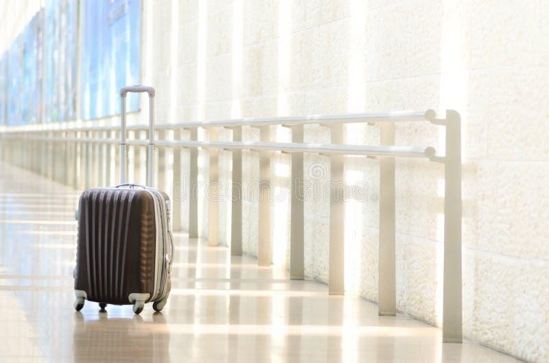 Upakowana podróży walizka, lotnisko Wakacje letni i wakacje pojęcie Podróżnika bagaż, brown bagaż w pustej sala fotografia stock