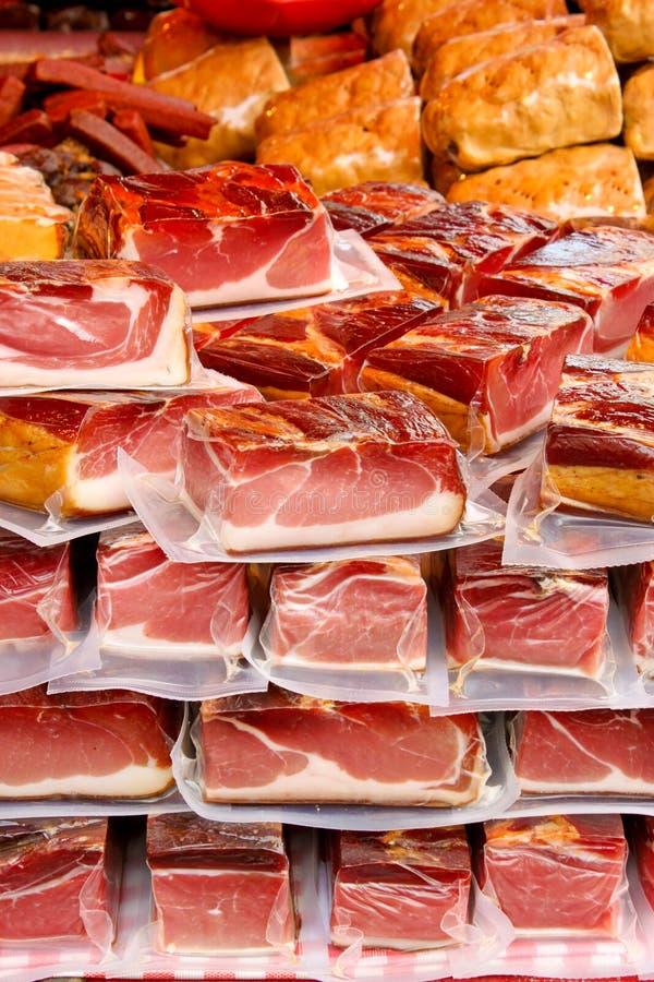 Upakowani kawałki mięso na rynku obrazy stock