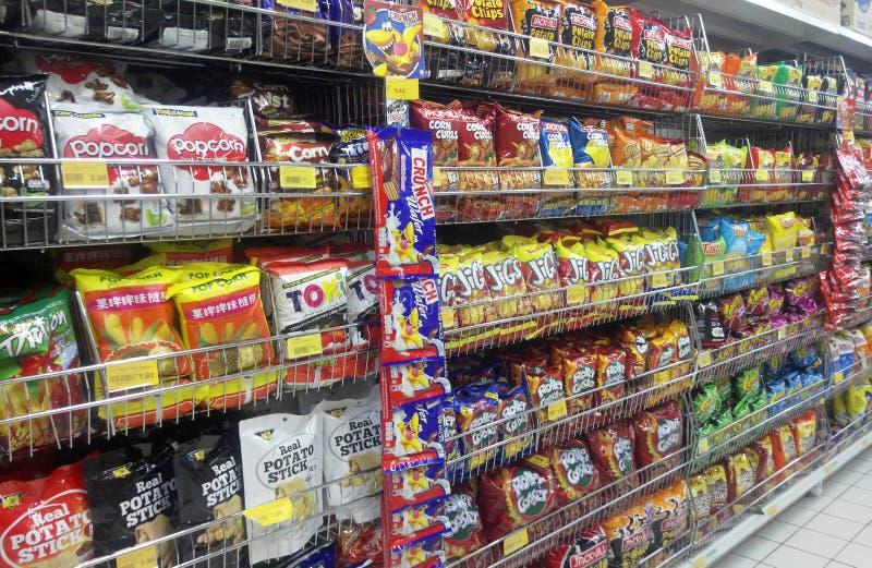 Upakowani różni dżonek foods, przekąski na stojaku dla sprzedaży & zdjęcia stock