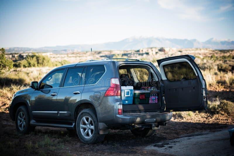 Upakowany SUV podczas gdy obozujący fotografia royalty free