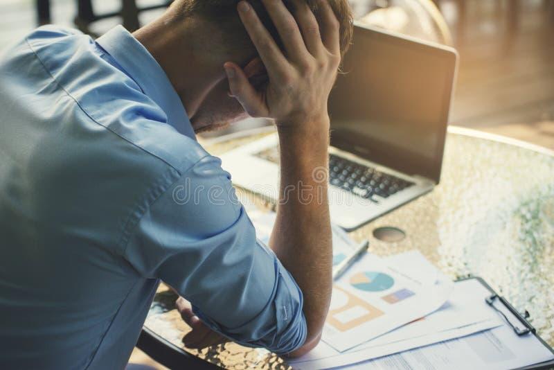 Uparty biznesmen,Sfrustrowany i zdenerwowany presją biznesową i przepracowany w biurze Dorosły kaukaski mężczyzna pracujący na la obraz royalty free