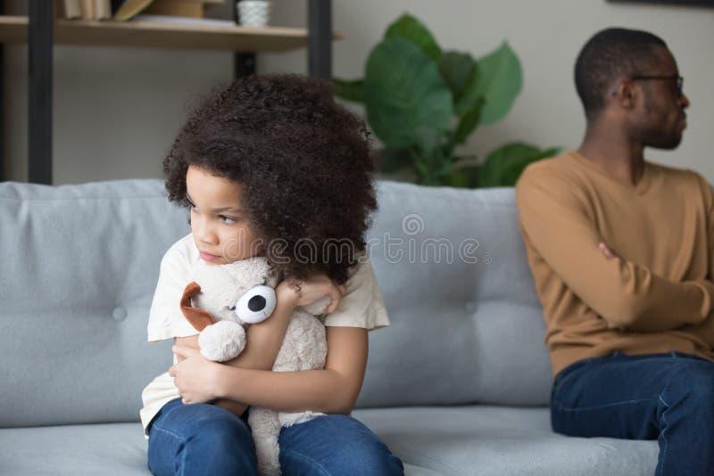 Uparty czarny ojciec i córka unikają rozmowy po walce obrazy royalty free
