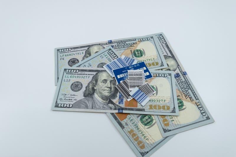 Upc-koder överst av $100 räkningar mot vit bakgrund fotografering för bildbyråer